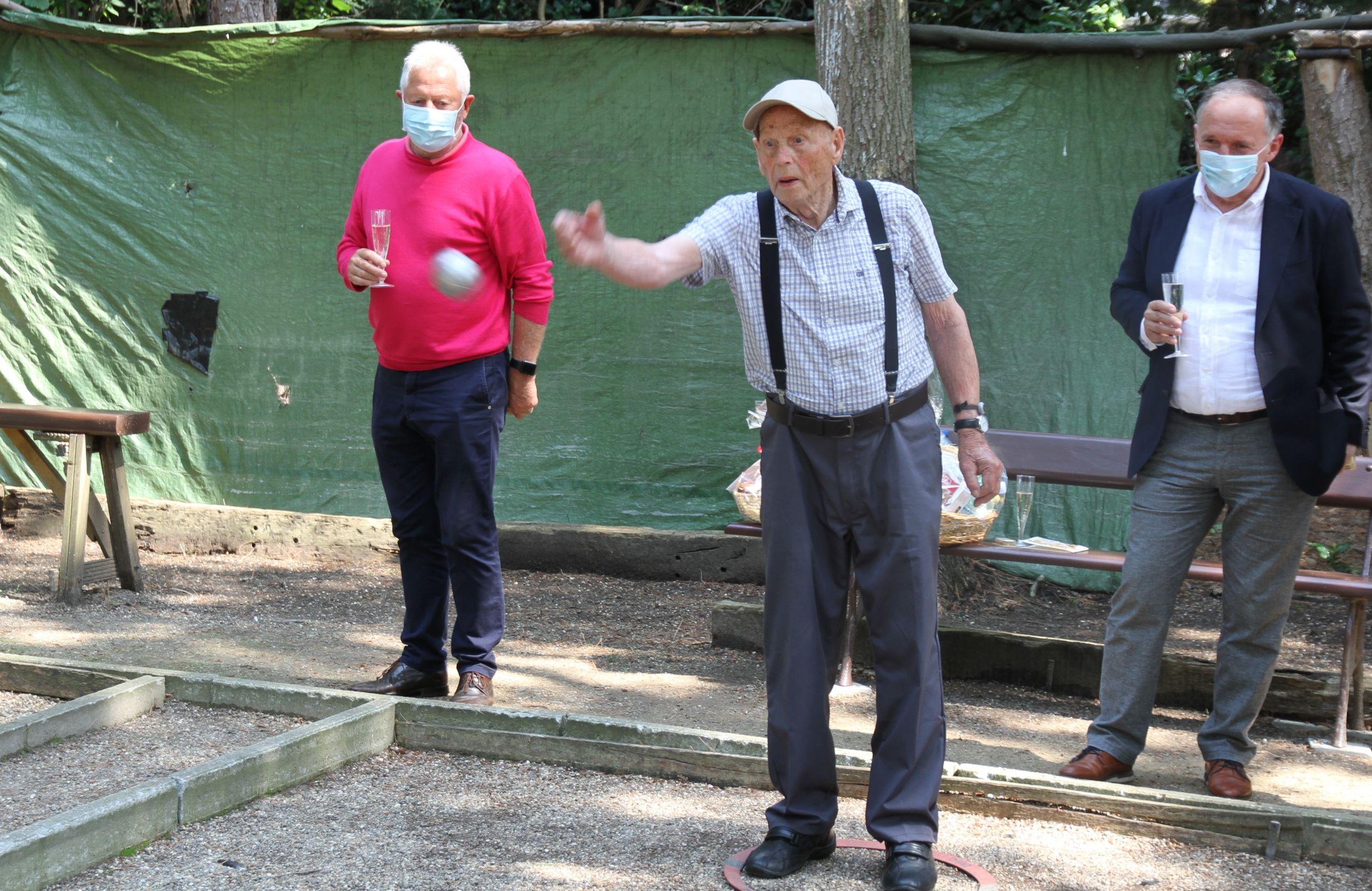 99-jarige gooit nog 2 keer per week zijn balletje